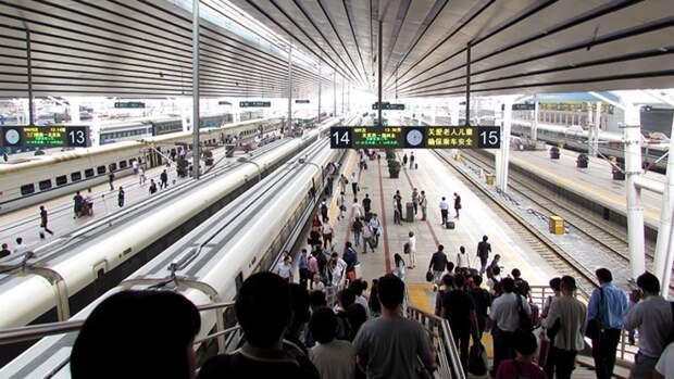 Поезд переехал девять работников железной дороги в Китае