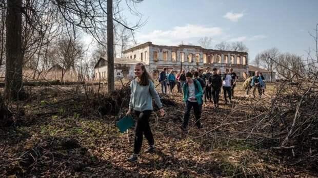 Сезон открыт: в усадьбе Федяшево Тульской области прошел первый в этом году субботник