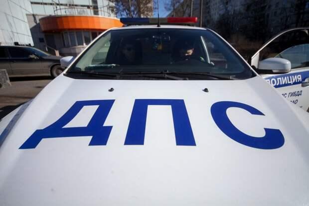 На Строгинском бульваре грузовик зацепил «Киа» и скрылся с места происшествия