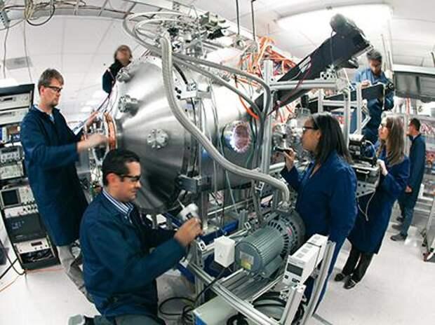 После успешных экспериментов с магнитной ловушкой ионов группа проекта CFR под руководством Томаса МакГвайра сфокусировалась на удержании плазмы