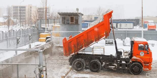 Коммунальщики вывезут скопившийся на Декабристов снег