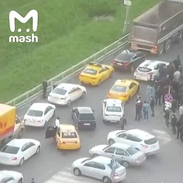 В Подмосковье очередь в миграционный центр заблокировала движение