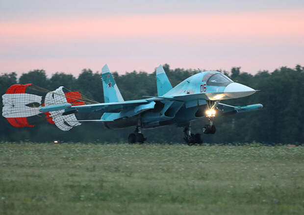 Экипажи истребителей-бомбардировщиков Су-34 ЦВО совершили перелет из Челябинской в Астраханскую область для участия в учении