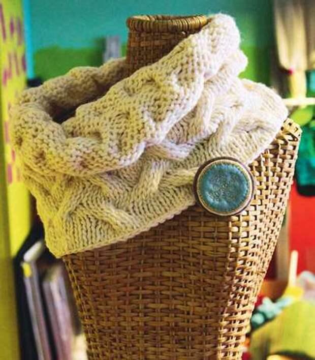 Вязаный шарф с брошью