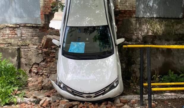 ВРостове-на-Дону наЦентральном рынке водитель внедорожника снесла кирпичный забор