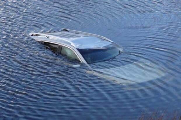 Машину с двумя трупами извлекли из озера в Ростовской области