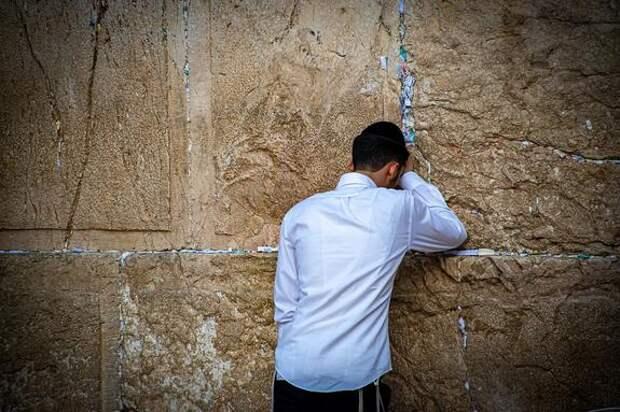 Видео, как обрушилась трибуна в синагоге в пригороде Иерусалима
