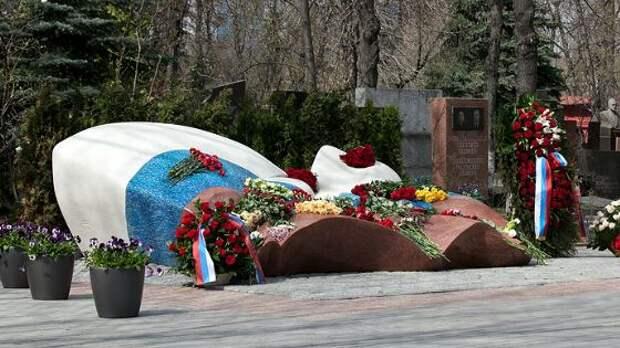 Могила Бориса Ельцина: что с ней не так