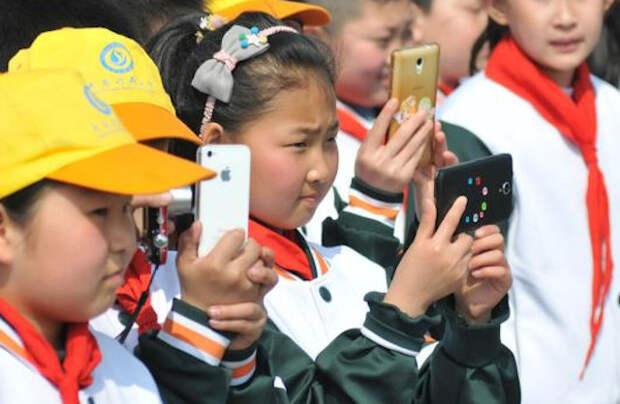 Китай запрещает смартфоны во всех школах