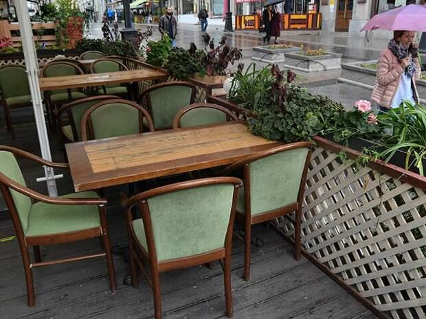 Ресторанам в Москве рекомендовали закрыть летние веранды из-за грозы
