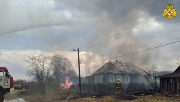 В Тверской пожарные не дали огню спалить всю деревню