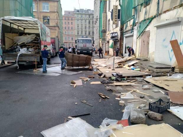 На территории Апраксина двора демонтировали самовольно размещенные прилавки. Рейд провели сотрудники Смольного и полиция