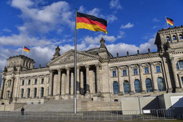 Бундестаг проголосовал за послабления для привитых от коронавируса