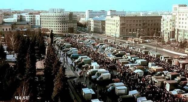 Челябинск. Рынок на Площади Революции. 1990-е гг.