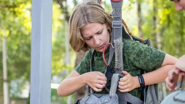 Школьница из Молжаниновского совершила три прыжка с высоты 800 метров