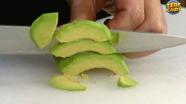 Салат со свёклой, авокадо и сыром дорблю