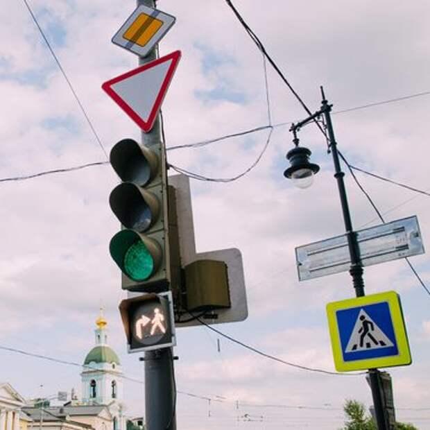 На Песчаной заработал светофор с совмещенной фазой для водителей и пешеходов