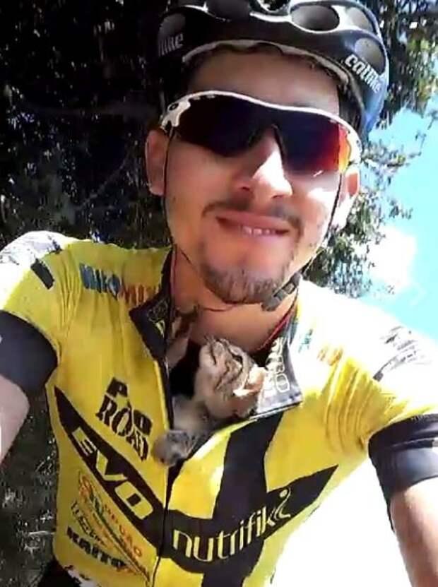 Велогонщик спас котенка и всю дорогу вез его за пазухой