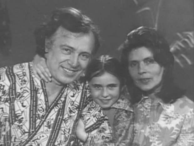 Иннокентий Смоктуновский с женой Саломеей и дочерью Марией. Кадр из передачи «Чтобы помнили»