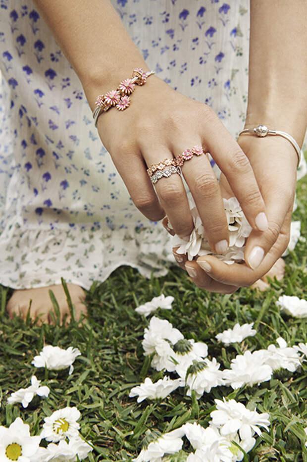 Цветы и жуки: смотрим весенние ювелирные лукбуки