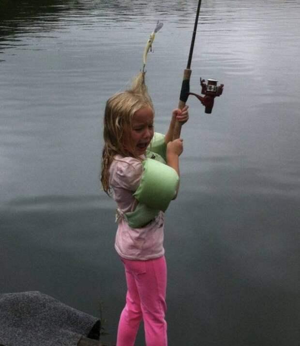Девочка зацепила спиннинг за волосы