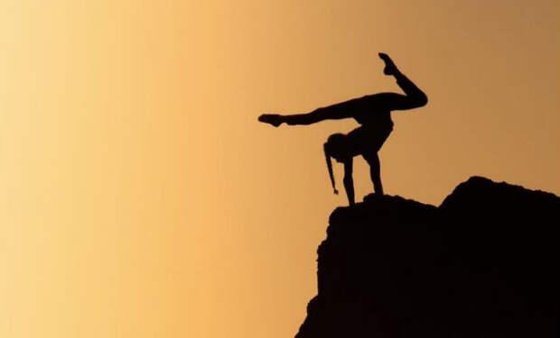Австрийская гимнастка устроила выступление прямо в кресле самолета