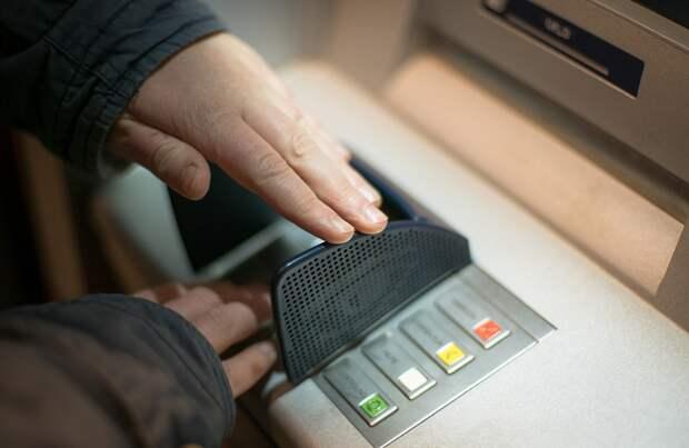 Деньги разлетелись по округе после взрыва в отделении банка в Киеве