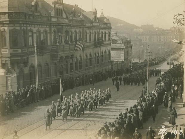 Маршруют белогвардейские части, под российским триколором.