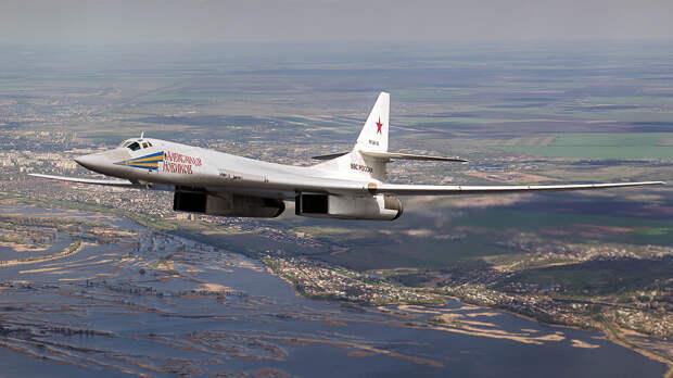 В Сети появилось видео полета двух стратегических ракетоносцев Ту-160 над Баренцевым морем