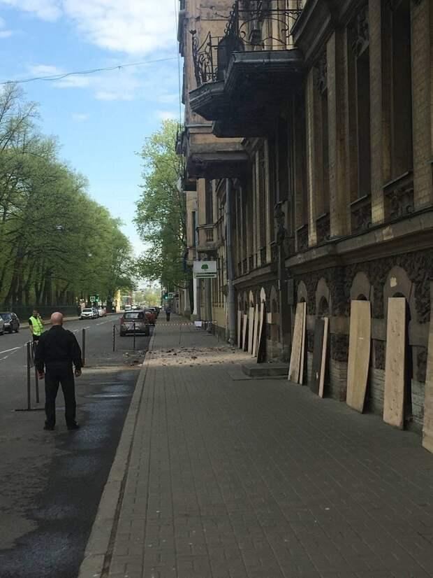 """""""Не опять, а снова"""": в центре Петербурга вновь обрушился фасад здания"""