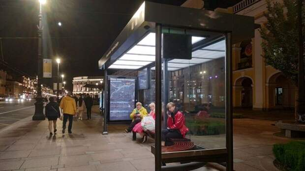 В Нижневартовске водитель врезался в остановку с людьми и скрылся
