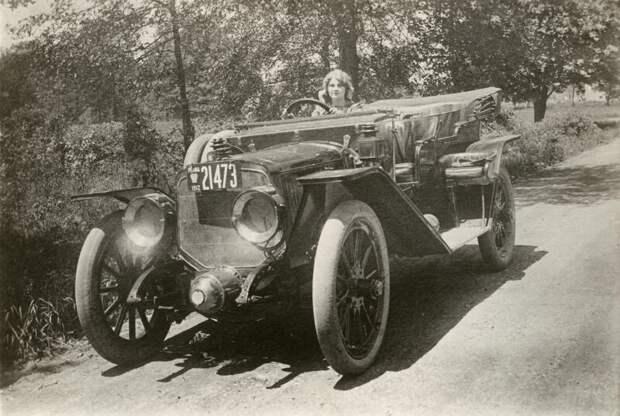 Флоренс Лоуренс за рулем своего авто