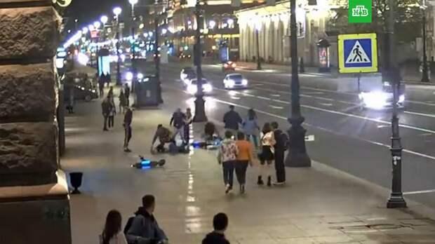 Суд в Петербурге арестовал самокатчиков, которые сбивали пешеходов на тротуаре