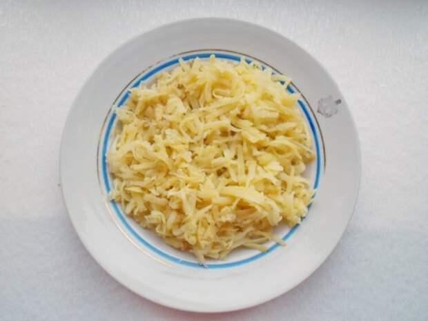 Выкладываем натертый картофель