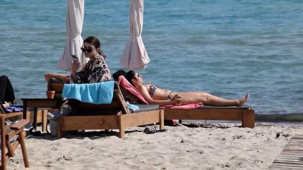 Туристы начали приезжать на греческие пляжи