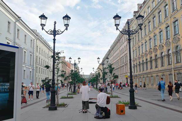 В центре Петербурга, особенно в теплое время года, много уличных музыкантов. Наиболее успешные занимают центральные точки и неплохо зарабатывают на своем ремесле
