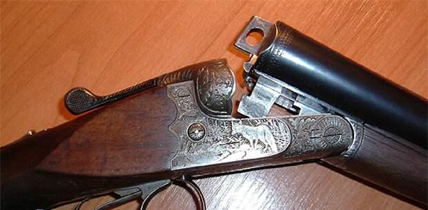 Житель Аксу избил своих детей на площадке, у него изъяли огнестрельное оружие