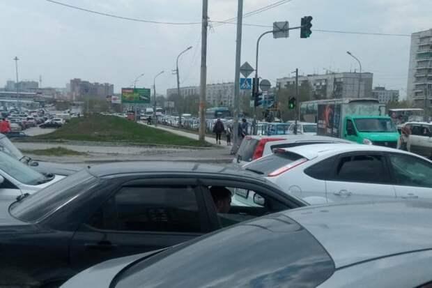 Пробка на километры: на трассах и выездах из города начался ремонт дорог. Как ехать на дачу?