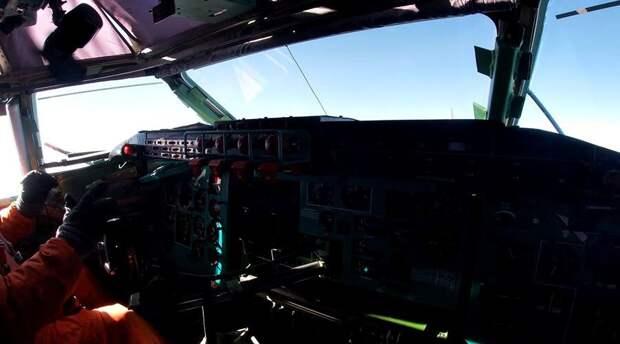 Минобороны показало видео полета ракетоносцев Ту-95МС над Черным морем