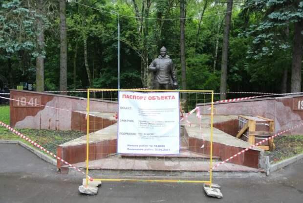 Толстой призвал восстановить памятник воину-освободителю после обращения ветерана. Автор фото: Александр Чикин