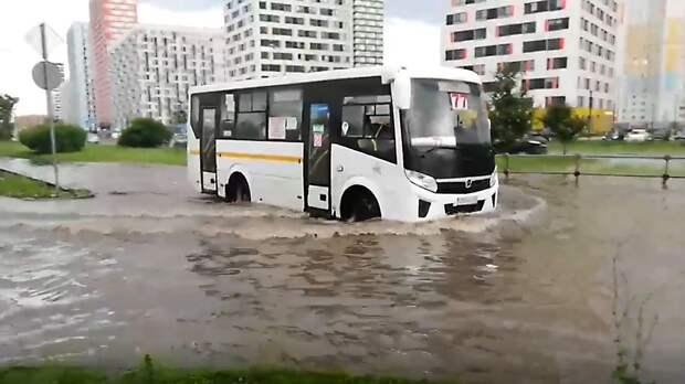 Улицы Москвы затопило после проливного дождя
