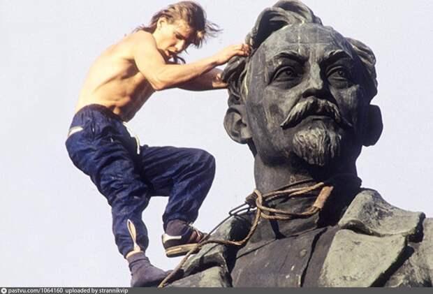 Платить и каяться, или ради чего нас призывают уничтожать советские памятники?