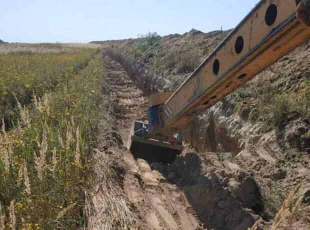 Украинские пограничники начали рыть противотанковые рвы на границе с Россией