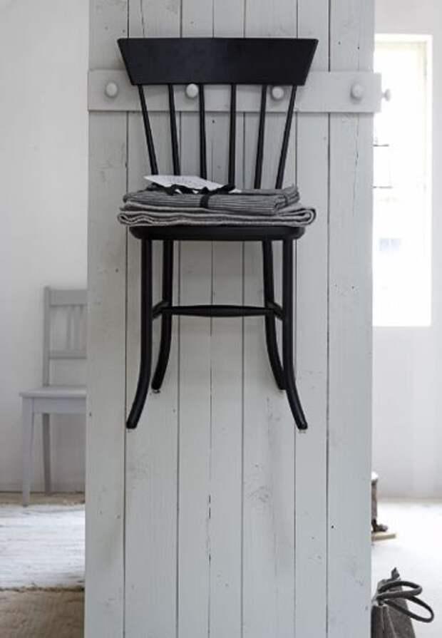 Полки из обрезков и стульев