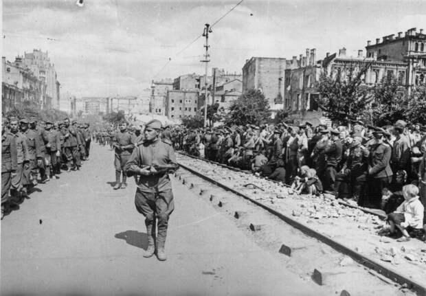 Немецкие военнопленные проходят по улицам Киева