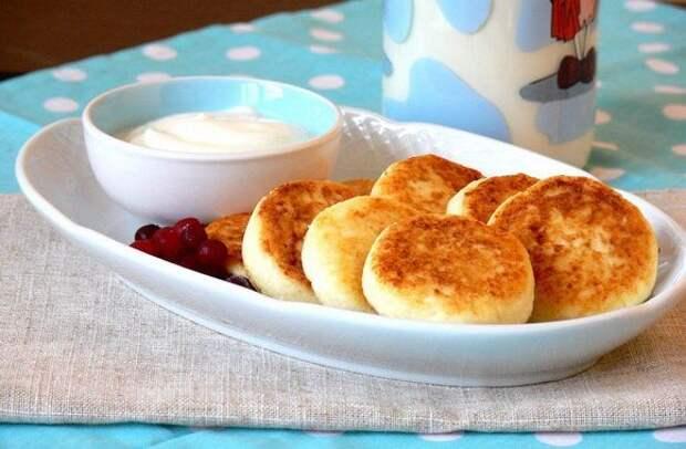 Пышные сырники на сковороде: рецепт любимого блюда детства из творога с манкой