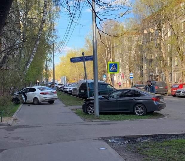 Две легковушки вылетели на тротуар при ДТП на Малой Ботанической