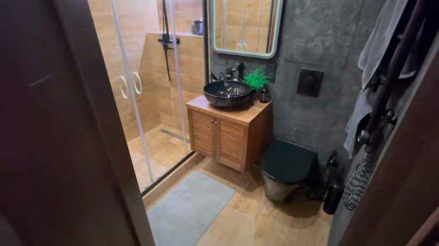 Идеальный хрущевский санузел в темных тонах со встроенным шкафом из коридора