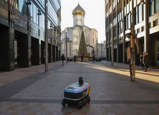 Yandex.Rover, a driverless robot for delivering hot restaurant meals, is seen at a business district in Moscow, Russia December 10, 2020. REUTERS/Evgenia Novozhenina