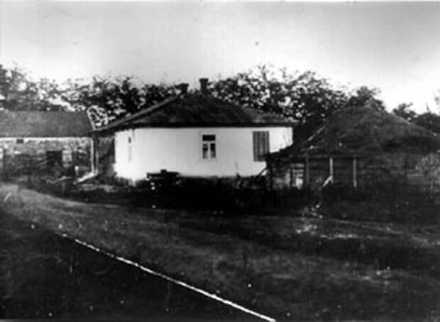 Дом, в котором погиб Л.Г. Kорнилов. 1918 - 1920 гг. Репродуцированная фотография Я.М. Лисового. РГАKФД. Оп. 5. № 141. Сн. 8